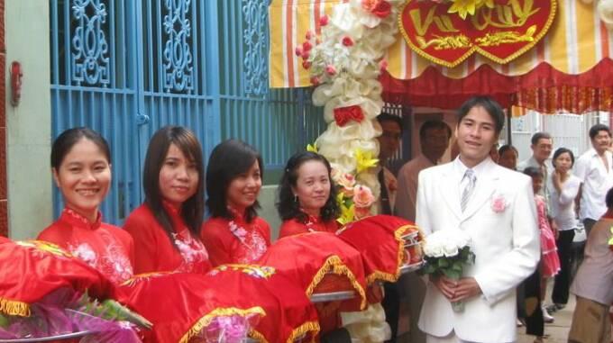 Vietnamese traditional wedding traditional vietnamese wedding receiving the bride junglespirit Gallery